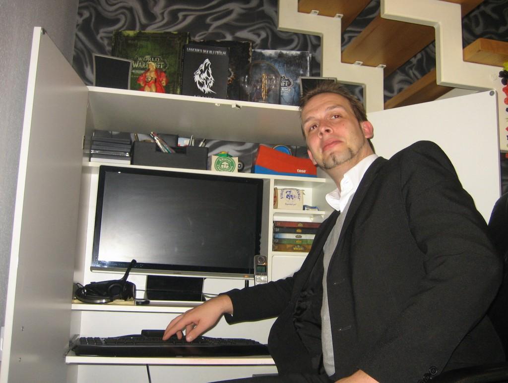 Zockertempel und Denkerwerkstatt in einem. Jörg Ringhoff an seinem Arbeitsplatz. Foto © TS