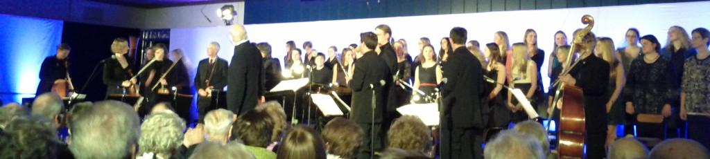 "10 Köpfiges Orchester unter der Leitung von Herrn Dr. Wolfgang König mit dem Jugendchor ""Cross Over"""