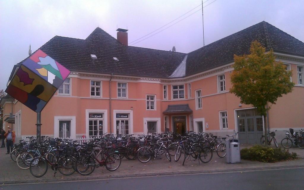 Vor dem Oelder Bahnhof konzentrieren sich die Räder Foto: © Torsten Schwichtenhövel