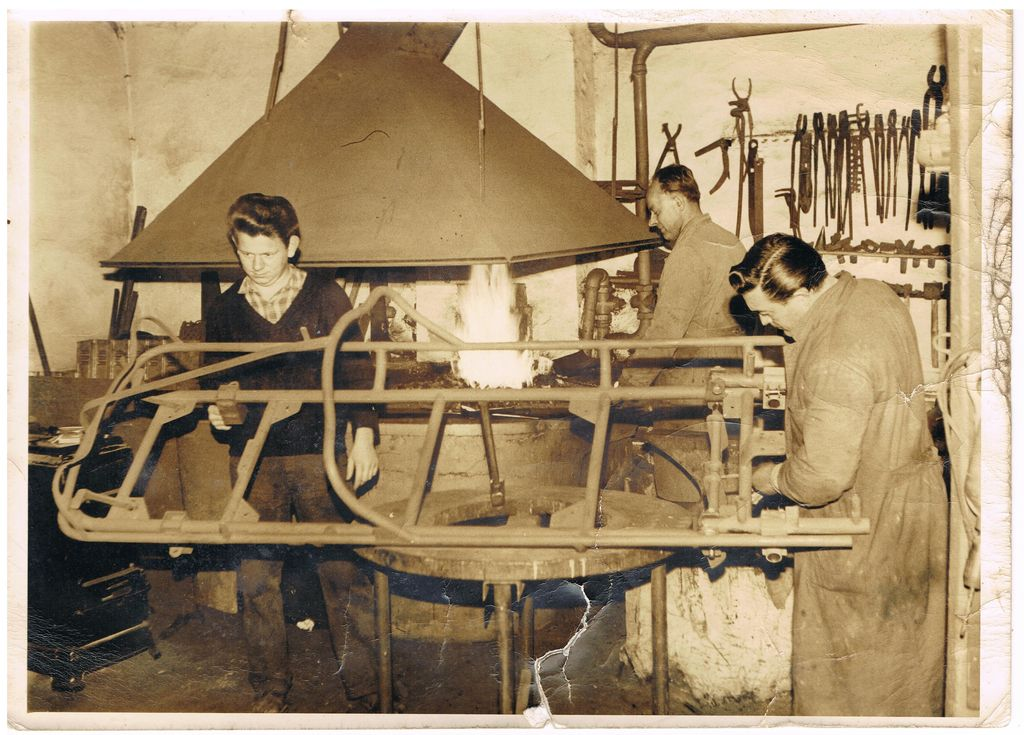 Die Pioniere bei der Arbeit. Rechts der einarmige Pilot Franz Löbbert während Bernhardt Bäumker die Schmiedeglut anheitzt. Der Helfer links im Bild ist leider unbekannt Foto © Bernhardt Bäumker