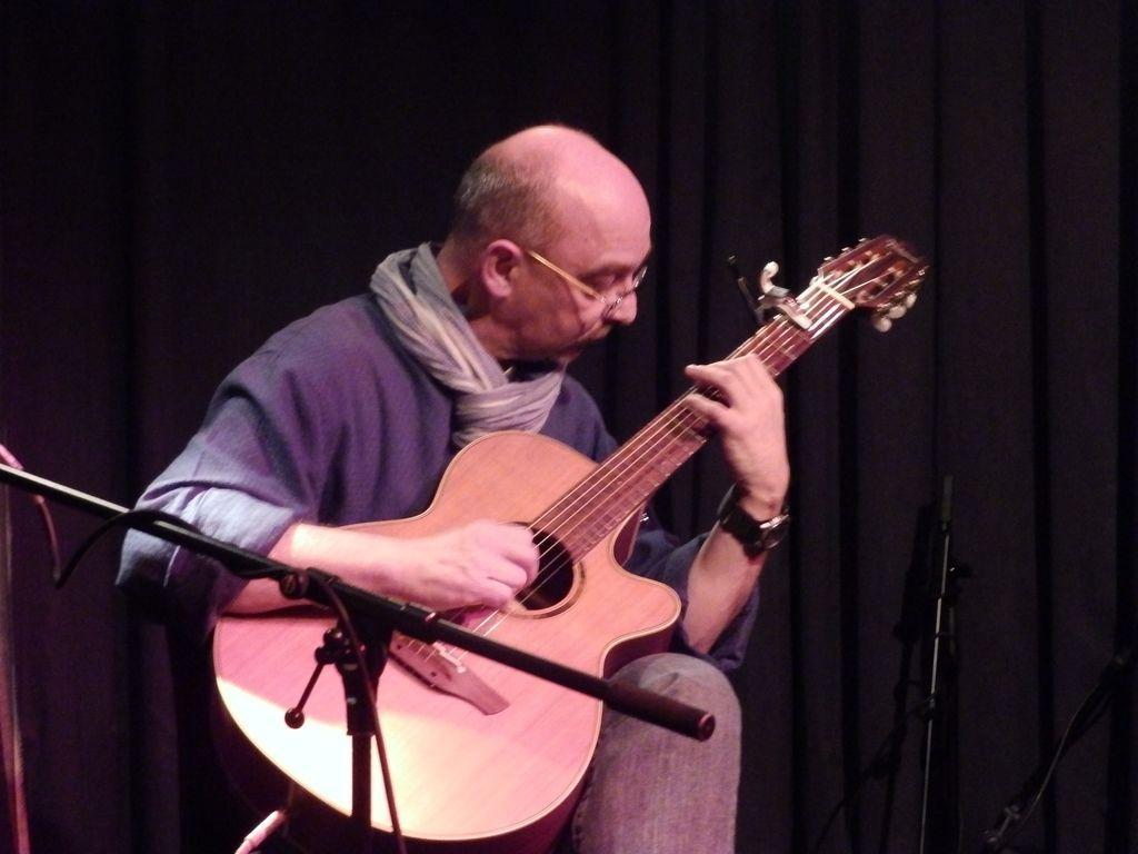 Dominique Pauline verschaffte mit seinem ruhigen Gitarrenspiel eine entspannte Atmosphäre.