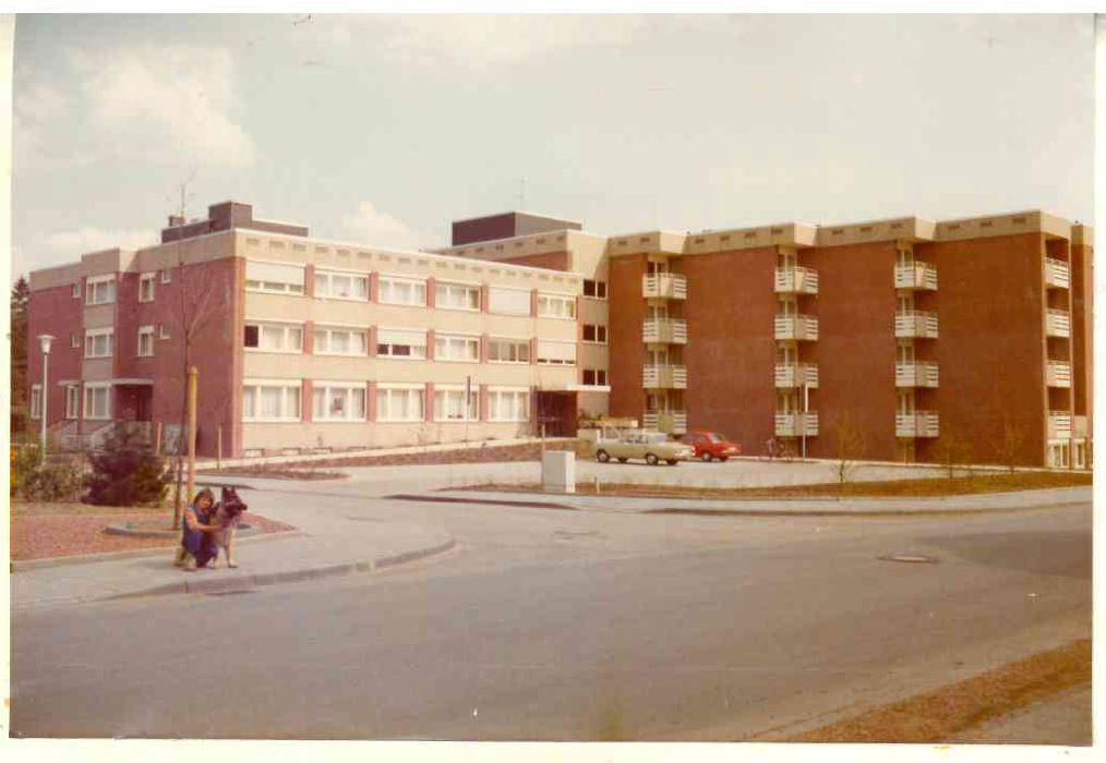 Man beachte die frisch gepflanzten Bäume sowie die Fahrzeuge vor dem Heim Foto: ©Von-Galen-Heim ca. 1975