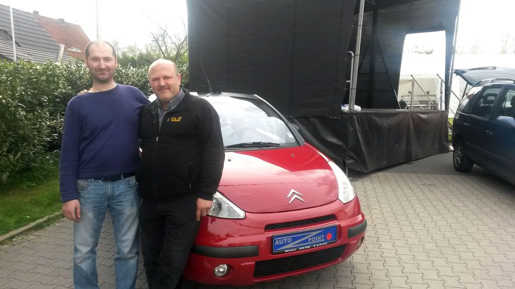 Recep Özcanli und Gündogan Boz vor dem Auto