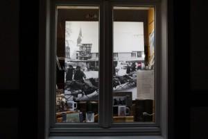 Im Schaufenster der Buchhandlung Holterdorf gibt es einen Rückblick auf den alten Hahnenteller