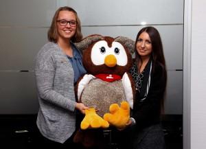 Kundenberaterinnen Jasmin Bücker (l.) und Jennifer Bentfeld freuen sich schon auf den Besuch: der kleinen Sparfüchse