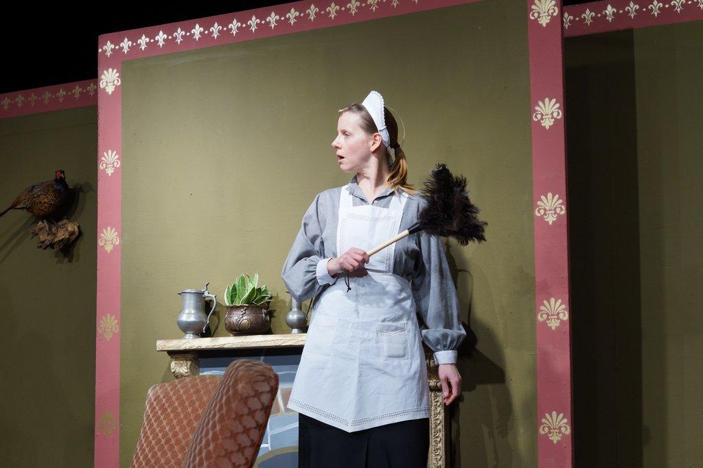 Das Hausmädchen Sophia spielt Manuela Föge
