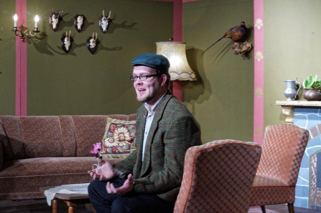 Richard Laustroer schauspielert den Verwalter Dietmar Knorr